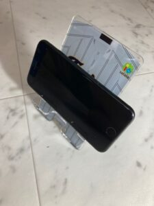 アクリルユニフォームスマホスタンドにiphone SEを置いたところ